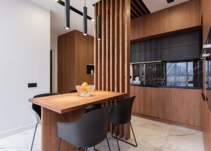cucina-sedie-tavolo-legno